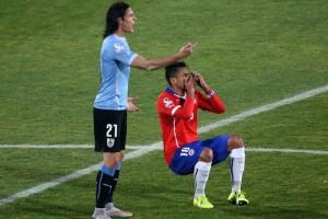 """Gonzalo Jara îl păcălește pe arbitrul brazilian Sandro Ricci, în timpul meciului Chile - Uruguay, din """"sferturile"""" Copei America. (Credit foto: mirror.co.uk)"""