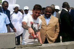 Fotbalistul argentinian Lionel Messi, alături de dictatorul Gabonului, Ali Bongo (Credit foto: mirror.co.uk)