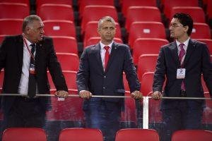 Razvan Burleanu (D), presedintele Federatiei Romane de Fotbal, si Gheorghe Chivorchian (S), secretarul general al Federatiei Romane de Fotbal (FRF), asteapta inceputul meciului Romania - Grecia, din preliminariile Campionatului European din 2016, pe Stadionul Karaiskakis din Pireu, duminica, 7 septembrie 2014. BOGDAN IORDACHE / MEDIAFAX FOTO