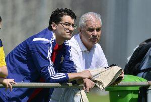 Presedintele FRF, Razvan Burleanu (CS) si Anghel Iordanescu (CD) asista la un antrenament al jucatorilor nationalei Romaniei, in Elvetia, vineri, 30 mai 2014. BOGDAN IORDACHE / MEDIAFAX FOTO