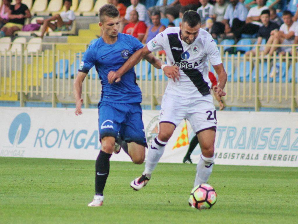 Florin Tanase (S) si Mircea Axente (D) in meciul de fotbal dintre Gaz Metan Medias si Viitorul Constanta, din etapa a III-a a Ligii 1 Orange, disputat pe stadionul Municipal din Medias, duminica, 7 august 2016.