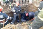 Un bărbat a fost prins sub un mal de pământ în timp ce lucra la rețeaua de canalizare